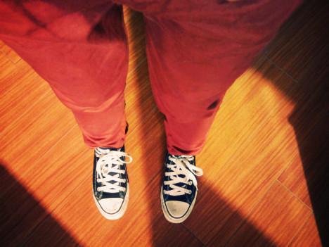 暗红色的裤子+双帆布鞋