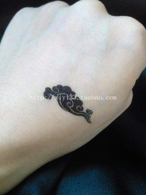 女人脚踝上的星星纹身图案