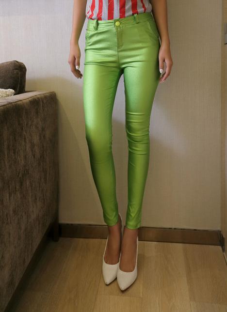 墨绿色高腰裤搭配什么上衣