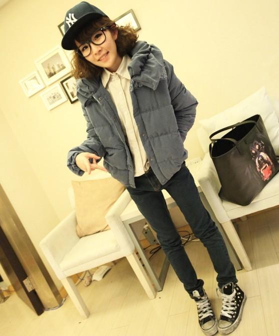 小个子女生冬季搭配,花苞领羽绒服+紧身裤+休闲鞋