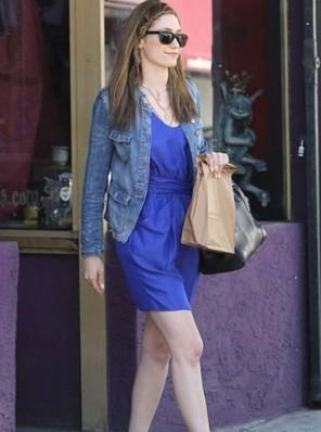 无领牛仔外套搭配宝蓝色连衣裙